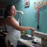 Una mujer en su casa taller en Siloé, en la zona alta de Cali.