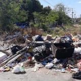 No hay respeto, carretillero arroja basura a arroyo mientras lo limpian