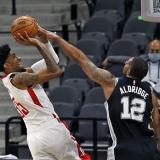 Acción del juego entre Rockets y San Antonio Spurs.