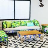 La sala combina diferentes elementos naturales, uno de ellos es el hierro. El tejido de los hilos de colores a base de PVC integra en el espacio lo artesanal.