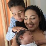 La feliz madre residente en el barrio San Felipe está feliz porque su hijo nació sano y salvo.