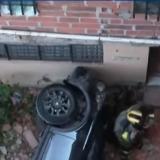 Joven confunde acelerador del carro con el freno y cae de un sexto piso