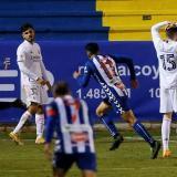 Los jugadores del Alcoyano celebran el gol de Juanan Casanova, segundo del equipo ante el Real Madrid.