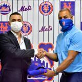 Isaac Lechuga, campocorto barranquillero, junto a Harold Herrera, scout de los Mets en Colombia.