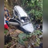 El carro quedó completamente destrozado en el fondo del abismo.
