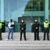Los cuatro patrulleros posaron junto al alcalde William Dau; el director de la Policía, general Jorge Luis Vargas, y el comandante de la Mecar, general Luis Carlos Hernández.