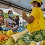 Juan y Alejandra, con sus pequeños hijos, compraron algunas frutas y verduras en el puesto de Mónica.