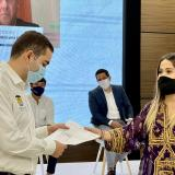 El gobernador de Bolívar, Vicente Blel, recibe la donación del gobierno de Emiratos Árabes.