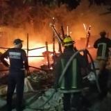 Tres casas de madera se incendian en el barrio Carlos Meisel