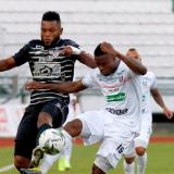 Borja disputa el balón con un jugador del Once Caldas.