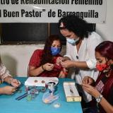 Mujer de alas, no de 'jaulas': convictas aprenden de la bisutería