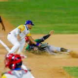 Jordan Díaz, tercera base de Colombia, pone out a un corredor mexicano. .