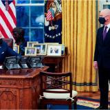 Presidente Biden y el director de Seguridad Nacional, Alejandro Mayorkas.