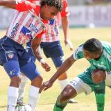 Fabián Viáfara tratando de recuperar un balón en el partido entre Junior y Equidad.