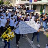 Los familiares y los vecinos del barrio El Rosario, en Gaira, caminaron hasta el cementerio para sepultar a Yulis. Pidieron justicia  para la joven madre.