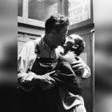 Un beso apasionado entre Frida Kahlo y Diego Rivera es una de las imágenes destacadas de la exposición