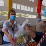 Verónica Monterrosa, secretaria de Educación de Bolivar, entrega una ración alimenticia a una madre de familia.