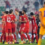 Los jugadores del Bayern Múnich celebran ante la mirada del defensor Diego Reyes.