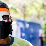 Algunos transeúntes no se resisten a ponerse su máscara de carnaval en el desarrollo de su jornada laboral.