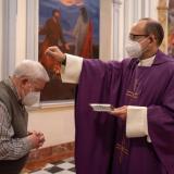 Cruz de ceniza se esparcirá sobre la cabeza de los católicos