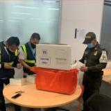 Decomisan cargamento ilegal de vacunas en aeropuerto de Bogotá