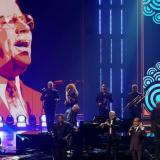 Gilberto Santa Rosa durante su tributo a Johnny Pacheco en la edición 33 de Premios Lo nuestro.