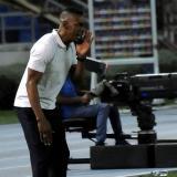 El técnico Luis Amaranto Perea dando indicaciones a sus dirigidos.