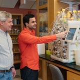 Edmond Feris acompañado del docente investigador Michael Cole en los Estados Unidos.