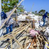 Fuerte brisa dejó sin feria a los artesanos del Malecón del Río