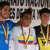 Francisco Jaramillo (centro) con su presea dorada junto a Luis Fernando Hernández y Juan Esteban Rojas.