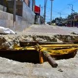 Una de las alcantarillas destapadas en la carrera 21 con calle 44. Los moradores han improvisado una tapa para evitar accidentes.
