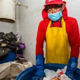 Álvaro Charris separa la basura de los elementos que sirven para reciclar en el conjunto residencial + House de Los Andes.