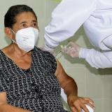 En Hatonuevo se vacunó contra covid-19 a la primera adulta mayor