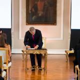 El presidente Duque durante la firma del decreto que crea el estatuto.