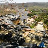 Se utilizaron plásticos y ladrillos para evitar que el agua siga filtrándose en el terreno.