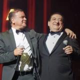 Iván Villazón y Jorge Oñate durante el concierto de la Sinfónica Vallenata en el Movistar Arena de Bogotá.