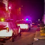 Patrullas de la Policía en medio de un operativo en un barrio de la ciudad.