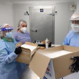 Un grupo de vacunadores recibe las dosis enviadas por el Ministerio.