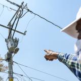 Un residente muestra el transformador que fue instalado en 2012.