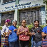 La Asociación de Artesanas Unidas de Los Límites (Asoartesanas) hacen parte de la Fundación Proyecto Tití.