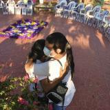 Meri Barrios se abraza con su hija durante un evento, en Baranoa,  en el que se conmemoró la memoria de las víctimas.
