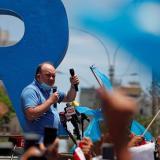 """Candidato presidencial en Perú se flagela y está """"enamorado"""" de la Virgen"""