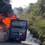 Bus interdepartamental se incendia en la vía Barranquilla-Santa Marta
