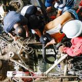 Buscan a 11 mineros atrapados en una mina de oro
