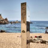 Aparece monolito metálico en una playa de Costa Brava, España