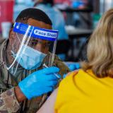 EE. UU. garantizará cita a todos los adultos para que acudan a vacunarse