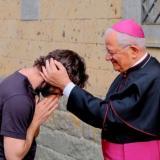 Sacerdote decide renunciar a sus votos por amor