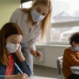 Polémica decisión de escuela en EE. UU. al informar que no contrataran a profesores vacunados