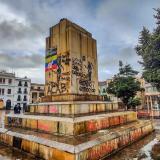 Tumban la estatua de Antonio Nariño en la plaza principal de Pasto