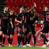 El Real Madrid gana en Granada y mantiene la pugna con el Atlético